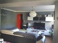 HAGONDANGE VILLAGE: Joli F3 dans petit immeuble au calme, comprenant une cuisine équipée ouverte sur séjour, deux chambres, une salle de bains, une remise, un jardinet.