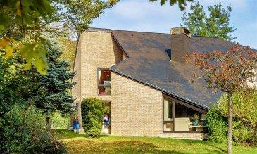 Cette maison d'architecte, construite en 1988 sur un terrain de 14,88 ares, se situe au calme dans la zone résidentielle « Schlassgewan » à Schrassig sur la commune de Schuttrange et bénéficie de la proximité d'un accès autoroutier vers le Kirchberg et Luxembourg-ville ainsi que les infrastructures scolaires, sportives et de commerces.  Elle se compose comme suit :  Au rez-de-chaussée : d'une entrée de ± 10m² avec son coin vestiaire ; d'un séjour de ± 31m² avec son coin avec cheminée ; d'une salle à manger de ± 17m² ouvrant sur une terrasse de 20m² ; d'une cuisine équipée de 19m² ; d'un salon TV de 12m² ; d'une chambre de ± 15m² ; d'une salle de douche avec WC  Au 1er étage :  d'une suite parentale de ± 31m² avec son dressing et sa salle de bain avec double vasque ; d'un WC séparé ; de 2 chambres de ± 13 et 14m² ; d'une salle de bain avec douche séparée et double vasque ; d'un bureau de ± 15m² et un débarras de 9m².  Au grenier aménagé : d'une chambre de ± 10m² pouvant servir de chambre d'amis et des espaces de rangements dans la sous-pente.  Au sous-sol : un double garage de ± 42m² avec deux ouvertures électriques ; une cave atelier de 9m² ; d'une cave/salle de jeu de ± 15m² ; d'une cave à vin de 11m² ; d'un rangement de 9m².  Le jardin est agrémenté par une grande pelouse et des arbres.  Généralités ;  •Maison spacieuse dans la verdure et au calme •Maison d'architecte •Cheminée – chauffage au gaz (2010) •Passeport énergétique – E-E  Contacter.  JImmy de Brabant   +352  661 167 494