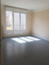Appartement - 4 pièces - 87,22m2.  Bel appartement lumineux de 87,22m2 au premier étage d\'un immeuble situé rue de la République. Il comprend une grande entrée avec placard, un séjour, trois chambres, une cuisine et une salle de bains avec wc séparés ainsi qu\'une cave.