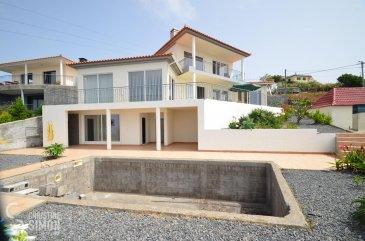 L\'agence immobilière Christine Simon, vous propose cette villa luxueuse meublée libre de 4 côtés située à Madère au Sud (Portugal) avec vue sur mer à la vente, maison implantée sur un terrain de 7,4 ares.<br>La maison construite en 2014 avec une surface habitable d\'environ 200 m2 et une surface utile d\'environ 315 m2 se compose comme suit:<br><br>Au rez-de-jardin (40,41 m2):<br>buanderie et chaufferie, cave, sauna avec accès sur la terrasse, douche à l\'extérieur<br>Escalier en béton<br><br>Au 1er étage (138,52 m2):<br>hall d\'entrée, cuisine équipée indépendante donnant sur la terrasse, 1 chambre à coucher avec sa salle de douche (douche, lavabo, fenêtre), 2 chambres à coucher avec portes coulissantes en verre dont une avec accès terrasse, 1 petite chambre à coucher, salle de douche ( lavabo, toilette, douche, fenêtre), débarras, WC séparé, vaste salle de séjour prolongée d\'une salle à manger avec portes coulissantes en verre ouvrant sur la superbe terrasse (60 m2) vue sur mer.<br>Escalier en dehors la maison en béton montant vers le 2ème étage<br><br>A l\'étage- studio (idéale pour location)-63,35 m2:<br>hall d\'entrée, cuisine équipée double séjour ouvrant sur la terrasse,1 chambre à coucher, une salle de douche (toilette, lavabo, douche, fenêtre).<br><br>Extérieurs:<br>une piscine 7,5m x 5m en construction (finition avant la vente), plusieurs emplacements extérieurs.<br><br>Côté technique: chauffage à gaz,  fenêtres PVC double vitrage,   sol stratifié et carrelages au sol, antenne satellite, toit en tuiles de terre cuite, préparation pour système d\'alarme.<br>Passport énergétique: B-B<br>La maison est dotée d\'équipements haut de gamme.<br> <br>Charges annuelles:<br>Taxe foncière: <br><br>Frais extraordinaires <br>Frais Notaire 400-600 €<br><br>Charges mensuelles:<br>électricité: 50-60 €<br>eau et poubelle: 20 €<br><br>La commission de vente pour l\'agence de 3% plus TVA 17% est à charge du vendeur.<br>Pour de plus amples renseignements ou une visite de la 