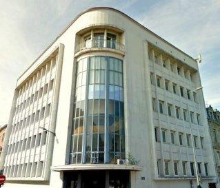 Appartement en Résidence. Je vous propose de venir découvrir ce superbe appartement rue Louis Pasteur à Sarreguemines de 140 m² au 5ème et dernier étage d\'une belle copropriété sécurisée avec ascenseur.<br><br>Le centre ville est à deux pas à pied de cet immeuble.<br>Cet appartement dispose d\'un balcon et vous offre une vue remarquable.<br>La cuisine de 10 m² est aménagée et équipée. Vous découvrirez une belle entrée de 12.25 m² qui vous amènera vers un salon séjour lumineux de plus de 40 m².<br>L\'espace nuit vous offre 2 belles chambres de 23 m² et 17 m² avec une belle salle de bain de 7 m².<br>Un bureau de 12 m² vient compléter l\'espace de vie.<br>Les charges mensuelles sont de 233 euros et comprennent le chauffage au gaz, l\'électricité et l\'entretien des communs, de l\'ascenseur, l\'eau chaude , l\'eau froide et les poubelles.<br>A noter que cet appartement possède une place de parking réservée dans l\'enceinte de la copropriété.<br>Je reste à votre disposition pour toutes questions.<br>Mandat N° 1299. Honoraires à la charge du vendeur. Dans une copropriété de 12 lots. Quote-part moyenne du budget prévisionnel 2 800 €/an. Aucune procédure n\'est en cours. Nos honoraires : http://www.le-pied-a-terre.fr/honoraires <br>