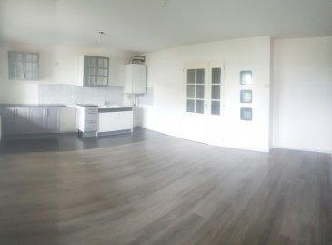 TREMERY: Joli F2 dans petite résidence au calme, cuisine équipée ouverte sur séjour, une chambre, une salle de douche, un grand débarras, deux places de parkings privées.