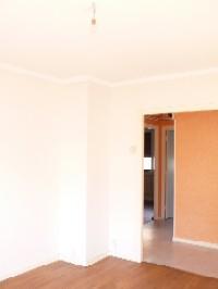METZ QUEULEU  Appartement type F3 de 60m² au 2ème étage sur 3.  Il se compose : d\'une entrée, d\'un séjour, cuisine, deux chambres, salle de bain (baignoire) et WC séparés.  Garage.  Chauffage individuel au gaz.  Libre au 31/03/2017