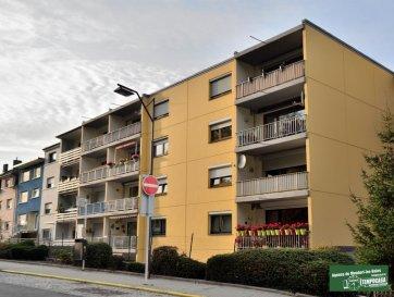 TEMPOCASA MONDORF vous propose un appartement 3 chambres de +/-100m2 avec balcon de +/-8m2 dans une Résidence très bien entretenu dans une zone calme et agréable avec une vue imprenable. <br><br>La résidence se situe dans les hauteurs de Schifflange, près de la fôret avec un super parcours pour des randonnée. <br><br>Arrêt de bus devant la porte.<br>A 5 minutes du centre de Schifflange à Pied<br>A 5 minutes de la Gare de train à pied.<br>A 5 minutes de l\'autoroute vers toutes les directions.<br>Proche de toutes commodités.<br><br>L\'appartement se compose comme suit:<br>1 Hall d\'entrée<br>1 Cuisine équipée séparé<br>1 Salon et salle à manger avec accès balcon<br>3 Chambres<br>1 WC séparé <br>1 Salle de Bain<br><br>1 Cave<br><br>Possibilité d\'acquérir un emplacement intérieur.<br><br>L\'appartement est dans un bon état mais les peintures sont à refaire et peut-être à remettre au goût du jour.<br><br>Pour tout renseignement complémentaire veuillez nous contacter au 26 54 31 48 ou bien au 661 268 372.<br><br />Ref agence :CS064b