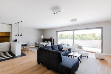 ------------------SOUS COMPROMIS----------------- LUXEMBOURG-MERL, rue Charles Quint, magnifique penthouse en vente très lumineux et aux beaux volumes, situé au 3ème et dernier étage avec ascenseur dans une résidence de haut standing de 2014. D'une surface habitable de 126 m2 et de 45 m2 de terrasse et balcon, il est composé comme suit : spacieux hall d'entrée avec placard, WC séparé, local technique avec buanderie privative, grand living donnant sur terrasse de 30 m2 avec belle vue sur le quartier, cuisine équipée haut de gamme avec bar et cave à vin, une chambre à coucher avec salle de douche en suite, parquet au sol, grande chambre à coucher sur balcon de 15 m2, parquet au sol,une spacieuse salle de bains avec baignoire jacuzzi, dressing privatif, une cave, emplacement de parking au sous-sol. Violets électriques, triples vitrages, finitions luxueuses,  Libre de suite Contact et visites : Rosalba MAITRE téléphone : 691 550 189