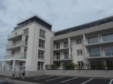 Réf: 4943  A quelques mètres de la plage, cette résidence contemporaine  de standing comprend 28 appartements. Tous disposent d\'un  balcon ou jardin pour le rez-de-chaussée et deux type 4 duplex penthouses sont pourvus de grandes terrasses. Du type 2 au type 4,la plupart des appartements vous offrent une vue imprenable surla mer. Les cuisines sont livrées équipées.   Garages et caves sont accessibles au sous-sol.  Un ascenseur dessert les trois étages. La résidence «Équinoxe» est la garantie d\'un logement moderne et de grande qualité à proximité de la plage.  Livraison 2ème trimestre 2017  Ref: 4943