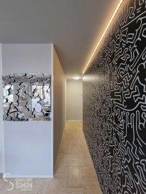 L\'agence immobilière Christine SIMON vous propose en location un TRÈS BEAU STUDIO MEUBLÉ de 38m², situé à LUXEMBOURG- GARE<br><br>- DISPONIBLE IMMÉDIAT <br>- 1ère location après rénovation totale<br>- A 150m de la gare centrale<br>- Côté arrière, pas de circulation, calme<br>- 2ème étage avec ascenseur<br><br>Le studio comprend :<br>- Petit hall d\'entrée avec un meuble de rangement<br>- Cuisine équipée neuve (frigo avec congélateur, four, plaque céramique, hotte, micro-ondes, lave-vaisselle) ouverte<br>- Séjour avec un canapé en L, télévision, petit bureau et meuble de rangement<br>- Salle de bain comprenant une douche, meuble en béton ciré, radiateur sèche-serviettes, toilettes, machine à laver et sèche-linge.<br>- Chambre séparée avec lit 160x200cm, 2 commodes et dressing de 200 x 236cm<br>- Terrasse de 8m²<br>- Cave privative de 5m²<br><br>ATTENTION : Lit, commodes et canapé sont livrés dans la semaine à venir<br><br>Dans les charges sont compris, électricité, eau, chauffage, poubelle, télé et internet.<br><br>Loyer mensuel : 1.300 € charges eau, chauffage, électricité, internet<br>Caution (3 mois de loyer) : 3.900 €<br>Frais d\'agence: 1.300 € + TVA de 17 % à payer par le locataire<br><br>Documents nécessaires au dossier :<br>- Contrat de travail CDI (période d\'essai achevée)<br>- 3 dernières fiches de salaire <br>- carte d\'identité- Revenu 2x supérieur au loyer mensuel<br><br>