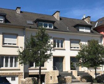 Dans un quartier calme de Belair , Sigelux Real Eastate vous propose à la location cette maison mitoyenne  Elle se situe au 6, rue Amsterdam L-1126 Luxembourg et se compose comme suit:  Au Rez de chaussée: - hall d'entrée - une toilette séparée - living,salle à manger accès terrasse +/-50m2 - cuisine équipée ouverte   - terrasse et petit jardin   Au 1er étage: - 2 chambres à coucher de 15 et 18m2 - un bureau 6m2 - salle de douche   2e étage: - 2 chambres à coucher 16 et 18m2 - 1 salle de bain avec baignoire et WC - débarras ou dressing   Sous-sol:  - garage pour 1 voiture, - cave,  - chaufferie, - buanderie accès jardin   Porte de sécuritée, système d'alarme, chauffage au gaz  Disponibilité le 15 novembre   Loyer : 4200-€ Garantie bancaire: 12600.-€ Frais d'agence: 1 mois de loyer + tva  Pour tout renseignement ou un rendez-vous pour visiter, contactez. SIGELUX au 46 71 31 ou info@sigelux.lu