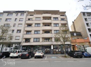 L?Agence immobilière Christine SIMON, vous présente en exclusivité ce magnifique appartement dans la Rue de Strasbourg à 5 minutes à pieds de la gare centrale,<br>La Résidence est de l\'année 1968, 11 unités et entièrement rénové il y a 16 ans.<br>L\'appartement situé au deuxième étage avec ascenseur et se compose comme suit:<br>Hall d\'entrée, toilette séparée, spacieux et lumineux séjour, salon avec sa cuisine équipée ouverte et son accès au balcon avec vue sur la belle place de Strasbourg.<br>Hall de nuit, deux chambres à coucher dont une de 16 m2  avec balcon de 5,80 m2 et une de 14 m2 et son petit balcon de 1,30 m2, une salle de bain avec baignoire, lavabo et toilette.<br>Au sous-sol une cave privative de 11,75 m2 et une buanderie commune.<br><br>Disponibilité de l\'appartement: à l?acte notarié de vente.<br><br>L\'appartement se trouve dans un bon état.<br><br>Arrêt de bus, gare centrale, Commerces, médecins, écoles à proximités.<br>Si vous êtes intéressés à visiter, contacter l\'agence par téléphone au 26 53 00 30 1 ou par eMail info@christinesimon.lu.<br><br>Nous sommes en permanence à la recherche d\'appartements, maisons ou terrains en location ou en vente pour nos clients solvables.<br><br>La commission de vente de 3% + TVA sont à charge du vendeur.
