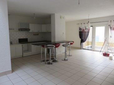 Appartement en duplex (entrée RDC) avec place de stationnement privative. Comprenant cuisine équipée ouverte sur salon-séjour , 2 chambres, salle de bain, WC, buanderie.