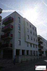 IMMO EXCELLENCE vous propose en exclusivité ce joli appartement d\'une surface habitable d\'environ 54 m2 situé au dernier étage d\'une Résidence neuve. L\'appartement se compose comme suit : Un hall d\'entrée ( 4.64 m2 ), une moderne cuisine équipée et ouverte sur un double séjour ( 25.35m2 ), une chambre-à-coucher ( 14.59 m2 ), une salle-de-douche ( 6.64 m2 ), un balcon ( 5.33 ) ainsi qu\'un emplacement intérieur.<br><br>Situation idéale à proximité de toutes commodités et proche de la Moselle.<br />Ref agence :3426759