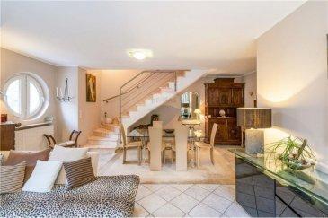 Veuillez contacter Mathieu Bossennec pour de plus amples informations : - T : +352 661 521 730 - E : mathieu.bossennec@remax.lu  RE/MAX, Spécialiste de l'immobilier à Hesperange, vous propose ce magnifique appartement duplex à la vente à Hesperange dans une résidence de 2004, avec seulement 4 unités. Il est situé au 2? étage (sans ascenseur).  L'appartement d'une surface utile d'environ 124 m² est idéalement situé à l'arrière de la résidence, où toutes les pièces donnent une magnifique vue arborée sur la forêt sans vis-à-vis, où le calme et la sérénité vous apaisera.  Le duplex se compose comme suit:  Au premier étage:  À l'entrée de l'appartement un grand hall dallé de marbre vous accueille, il dessert une grande chambre de plus de 17 m² pouvant servir de chambre à coucher ou de bureau. Idéalement placée avec une vue sur la forêt, cette pièce vous procure calme sérénité et espace. Vous y trouvez également une cuisine toute équipée et séparée avec un grand plan de travail et éclairée par une fenêtre donnant sur la nature, mais également un grand WC séparé. Ensuite, le cœur de l'appartement, un vaste séjour-salle à manger d'environ 35 m² ouvert, aussi spacieux que lumineux avec une vue dégagée sur la forêt donnant accès un grand balcon à 180° (En L) de près de 13 m², avec une orientation Ouest. De plus, un accès à la forêt avec son parcours de fitness est directement accessible au pied de l'appartement.  Un bel escalier très large, dallé de marbre mène à un hall de nuit desservant 2 grandes chambres à coucher et la salle de bain.  Une chambre d'une superficie d'environ 25 m², spacieuse et lumineuse, vous permet d'y installer un très grand lit, de grandes armoires avec beaucoup de rangement et même un espace télé ou gym.  La salle de bain dispose d'une baignoire, d'une vasque et de grandes armoires de rangement intégrées et même d'un espace buanderie.  La deuxième chambre de l'étage est également très spacieuse, en effet, elle fait plus de 20 m².   Les atouts suppléme