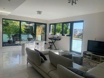 RE/MAX spécialiste de l\'immobilier à Strassen, vous propose en location un splendide Penthouse-Duplex.  Cet appartement équipé haut de gamme avec des finitions luxueuses offre une vue imprenable sur un parc privé. Vous pourrez profiter de la quiétude des lieux en vous prélassant sur l\'une des 2 terrasses.  D\'une surface de 84m² et situé au deuxième et dernier étage, il se compose :  Niveau 0 :  Un grand living lumineux avec accès à une terrasse - Une cuisine équipée « Bulthaup » avec frigo américain - petit dressing dans lequel vous pourrez brancher votre lave-linge - w.-c. - hall avec accès étage, vidéophone et porte blindée.  Niveau 1 :  Hall -  grande chambre à coucher avec accès à une terrasse - Salle de bain avec double vasque - w.-c. - dressing.  Ce superbe Penthouse est également équipé de triple vitrage, système de ventilation double flux, sat-TV, chauffage au sol, volets électriques, buanderie commune, local à vélos, ascenseur.   Une place de parking et une cave complètent le bien.  La résidence bénéficie également d\'un jardin commun.   A proximité des lignes de transport en commun, hôpital, zones commerciales, écolesà. Centre hospitalier de Luxembourg : 5min  Aéroport : 15min - Gare de Luxembourg : 10min - Centre-ville : 10min - Kirchberg : 15min  Les frais d\'agences sont à la charge du locataire et représente un mois de loyer htva.  Pour visiter le bien prière de contacter le numéro 621 689 637 ou via partners@remax.lu Ref agence : 5096368