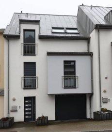 B&C Immobilière en partenariat avec AA+ Immo vous propose à la vente une Maison mitoyenne érigée sur un terrain de 3,16 ares avec une surface totale de 300.00 m2 dont 180.00 m2 habitable, une terrasse au rez-de-chaussée de 25,00 m2, une terrasse au 1er étage de 18,94 m2, un balcon au 2ème étage de 4,50 m2. Surface combles aménagés : 46,73 m2 au sol.  La maison se compose comme suit : Rez-de-chaussée : hall d'entrée ± 12 m2 (espace pour aménager un vestiaire de ±6m2), W.C. hôtes, garage 3 voitures, espace buanderie, espace chaufferie, accès sur la terrasse et jardin donnant à l'arrière de la maison.  1er étage : Cuisine américaine ouverte et entièrement équipée : Lave-vaisselle, four, micro-onde, réfrigérateur américain avec congélateur et réfrigérateur