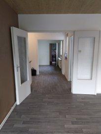 Grand appartement d'une surface de 120 m2 situé au centre ville au 2e étage comprenant une cuisine équipée avec un coin repas de 18 m2, un grand salon-séjour de 27 m2, une salle de bains,3 chambres,  double vitrage, le chauffage est individuel au gaz, il dispose également d'une cave. Photos et renseignements sur demande