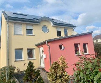 !!!!!! Maison avec beaucoup de potentiel à ne pas rater !!!!!!<br><br>ImmoNordstrooss à l\'honneur de vous presenter cette magnifique maison de /- 300 m2 sur 11,39 ares, libre des trois cotés avec un grand jardin de 1000m2 sans vis avis, rénovée entièrement entre 2010 et 2012.<br>Cette magnifique maison est composée comme suit:<br><br>RDCH:<br>- Hall d\'entrée<br>- Grand Living/Salle à manger / Débarras, Accès à la veranda de 30m2 et au jardin.<br>- Cuisine équipée haute gamme.<br>- 1 Chambre 1 Bureau <br>- WC Séparé<br><br>A l\'etage:<br>- 3 Grandes Chambres dont une suite parentale avec dressing et grande salle de bain , baignoire et douche, double vasque.<br>- Grande Salle de douche, double vasque <br><br>Grenier aménagé en studio avec salle de douche de /- 30M2<br><br>Une grande cave avec sale de douche et WC, Deux buanderies et un garage de /- 61m2 pour 4 voitures en plus de 4 emplacement extérieurs, complètent parfaitement ce beau bien.<br><br>Confort;<br>Panneaux Photovoltaïques 2019, Toit (Ardoise, isolé, revision 2010), Aspirateur Centralisé, Filtre d\'eau, Dalle en béton ......<br><br>Pour plus de renseignements veuillez nous contacter au 691 238 008