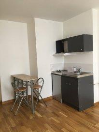2 pièces - 32 m2.  Situé au rez-de-chaussée d\'un immeuble en deuxième corps de bâtiment, appartement deux pièces rénové. Il comprend un séjour avec coin cuisine équipée (frigo, plaques, hotte), une chambre, une salle d\'eau et WC séparé.<br> Chauffage individuel électrique.<br>