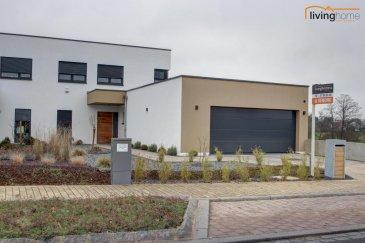 ***VENDU***Magnifique maison unifamiliale de style moderne, implantée sur terrain de 6,33 ares.<br>LIVINGHOME immobilier vous propose en exclusivité cette splendide et nouvelle construction, libre des 3 côtés, avec une belle vue dégagée sur la vallée verdoyante. A proximité de toutes commodités, enseignements, maison relais, centre culturel et sportif de Steinfort (5 min). Des importants centres commerciaux se situent à Windhof (2 min). Luxembourg et Arlon sont accessibles à 15 min par l\'autoroute A6.<br><br>DESCRIPTIF:<br>Rez-de-Chaussée: Hall d\'entrée, Cuisine équipée donnant sur living, bureau, réserve, WC, SAS avec vestiaire dans accès vers grand garage 2 voitures, spacieuse salle technique<br><br>1ere étage: Hall de nuit, Chambre 1 + 2, salle de douches, Chambre parentale donnant sur dressing et salle de bains privative.<br><br>Extérieurs: Terrasse ensoleillée donnant sur living et cuisine. Jardin et espaces verts, cuve eaux de pluie, 3 emplacements extérieurs.<br>Comfort: Alarme et RAF-Stores électriques en aluminium<br><br>Compléments de photos disponibles sur demande.<br><br>Votre contact LIVINGHOME immobilier:<br>- Pascal POOS             +352 621 36 20 26<br>- Bureau                        +352 27 80 83 56<br />Ref agence :3497374