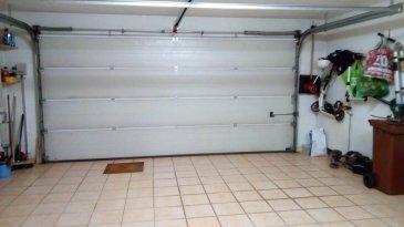 REMAX , spécialiste de l\'immobilier au Luxembourg, vous propose à CANACH, en exclusivité, cette belle et grande maison jumelée de plus de 240 m2 habitables.<br>Laissez vous surpendre par les volumes, la conception et la luminosité de cet habitat soigné et moderne.<br>Construite en 2002, cette maison sans travaux se compose comme suit :<br>Le rdc est composé d\'une entrée carrelée, permettant un accès intérieur immédiat au garage 2 voitures, (carrelé et à porte motorisée) et menant à une véritable chambre- studio carrelée de 40 m2 avec  salle de douche et wc privatif (Vue jardin).<br>Un escalier (rampe d\'escalier inox)  mène au 1er étage  traversant et lumineux, à large porte palière vitrée, et vous découvrirez une salle à mangee et cuisine équipée (28 m2) à grande baies vitrées, une opportune  pièce-réserve attenante, en vis-à-vis d\'un large hall, un beau salon  (sol véritable parquet) avec climatisation, ouvert sur une terrasse carrelée (garde -corps inox) de 13 m2 en surplomb du beau terrain clos.<br>Une salle de douche (carrelée sols+murs)1 lavabo, sèche-serviette et wc suspendu, complètent cet espace jour .<br>Le 2ème étage est composé :<br>- de 2 chambres parquetées de 16 et 12 m2 (volets motorisés) et d\'une 3ème  grande chambre carrelée (avec coin bureau) de 26,5 m2.(vue jardin)<br>En sus, des volets motorisés et une climatisation (2016) apporte un confort optimal a cet espace nuit.<br>- Une grande salle de bain entièrement carrelée, avec douche, baignoire, 2 lavabos, armoire murale, sèche-serviette, wc supendu.<br>Le dernier étage-comble aux volumes généreux et d\'une surface de +- 50 m2, révèle une magnifique pièce carrelée à grands velux à usage multiples... chambre, salle de jeux, bureauà<br>Enfin, le sous-sol (entièrement carrelé et chauffé) en rez -de-jardin, permet de profiter d\'une seconde cuisine d\'été équipée (lave-vaisselle,four,frigo,plaques 4 feux, meubles) et  buanderie avec sortie sur une 2ème grande terrasse carrelée face au très beau jar