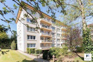 *** SOUS COMPROMIS *** SOUS COMPROMIS *** SOUS COMPROMIS***   Situé sur le plateau de Howald, quartier résidentiel calme aux abords de la forêt, cet appartement traversant occupe le 5ème étage d'une copropriété soignée avec ascenseur. Rénové en 2017, l'appartement offre une surface habitable de ± 83 m² pour une surface totale de ± 111 m²; il se compose comme suit:  La porte d'entrée s'ouvre sur un hall ± 7 m² avec wc séparé ± 2 m² et débarras ± 5 m² (raccordements nécessaires pour lave-linge). Ce hall dessert, à sa droite, la partie nuit composée d'un palier ± 3 m² avec coiffeuse (miroir, prises électriques), d'une salle de bain mosaïque ± 6 m² (douche italienne, lavabo, wc suspendu, sèche-serviettes et rangements encastrés) et de deux chambres de ± 15 et 11 m². La plus grande dispose d'un accès au balcon ± 4 m² (avec marquise électrique) orienté sud-ouest avec vue dégagée sur la forêt voisine.  A gauche du hall d'entrée, la pièce de vie consiste en un grand espace de ± 40 m² incluant un spacieux séjour, un coin repas et une cuisine moderne (plan de travail en granit recomposé, nombreux tiroirs et rangements, façade des meubles en bois laqué). Une porte-fenêtre donne accès à un second balcon ± 3 m² avec vue dégagée et sans vis-à-vis.  Dans le grenier, accessible par escalier escamotable, chaque copropriétaire dispose d'un emplacement de rangement privatif.  Une cave ± 4 m² (avec électricité), une buanderie commune ainsi qu'un court de tennis commun aux trois résidences complètent l'offre.  En option: Possibilité d'acquérir un spacieux box de garage (avec électricité et eau) ± 20 m².  Détails complémentaires :  •Appartement en bon état, finitions/matériaux de qualité ; •Nombreux rangements et placards encastrés (+ cave et grenier); •Vue directe sur la forêt; •Châssis pvc, double vitrage ; volets électriques ; •Chaudière au gaz Buderus, chauffage par radiateurs ; •Charges mensuelles : ± 285 € (ménage 3 personnes) ; •Situation recherchée : quartier résidentiel calme (z