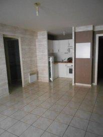 Réf: 5869  Appartement dans résidence de standing au coeur de Berck Plage de 40 m² 1er étage avec ascenseur (2 marches à monter en supplément) avec balcon et place de parking:  Entrée avec placard, séjour avec coin cuisine équipée, salle de bains, wc et 1 chambre avec placard.  Loyer: 470 € Charges: 40 € (edf en supplément)  1 mois de caution + frais d\'agence: 282 €  Libre le 03 mars 2018  Réf: 5869