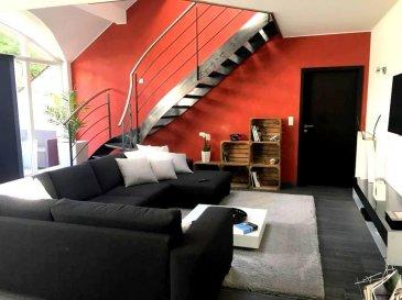 New Keys vous propose ce sublime duplex situé au 2ième étage d\'une petite résidence (12 unités) construite en 2008 à Colmar-Berg.<br><br>Moderne et très lumineux, ce spacieux appartement d\'une surface de +/- 143m2 se présente de la manière suivante:<br><br>RDC<br>-Hall d\'entrée<br>-Cuisine tout équipée et ouverte sur le living <br>-WC séparé<br>-Terrasse<br>-1 Chambre parentale avec dressing et salle de bain <br><br>ETAGE 1<br>- Espace salon / Bar lounge pouvant être aménagé en 3ième chambre<br>-1 Chambre avec salle de douche<br><br>Pour compléter ce bien:<br><br>-2 Emplacements intérieurs<br>-Cave<br>-Buanderie commune<br><br>Vous profiterez de prestations de qualités dans cet appartement très soigné et aménagé avec goût ( poêle à chauffer, vidéophone, volets électriques, ascenseur dans la résidence...). <br><br>Pour tout renseignement et/ou visite, veuillez contacter le 661 120 388 ou par email à l\'adresse info@newkeys.lu.<br />Ref agence :5003152