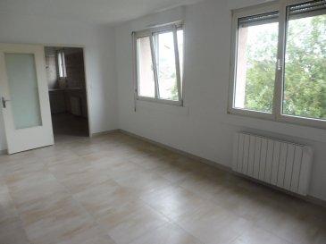 Appartement de type F4, refait à neuf :   Entrée avec placards - Cuisine - Séjour/Salon - 3 Chambres - WC - Salle de bains  (baignoire et douche) - Cellier - Place de parking souterrain Local à vélos