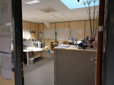 Bureau situé au premier étage, avec entrée séparée.  Il se compose de 4 bureaux, 2wc séparés, une kitchenette.   Des emplacements de parking non nominatifs existent.  Bâtiment avec plusieurs entités différentes.