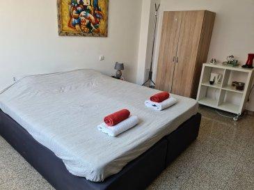 Au c\'ur du quartier de Gasperich, et à 2 pas de la CLOCHE D\'OR, de MERL, de BELAIR et de la GARE, A LOUER BELLE ET GRANDE CHAMBRE MEUBLEE de 15.5 m².  TOTALEMENT RENOVEE, cette chambre offre : - un équipement complet : 1 lit double complet, armoire-penderie, TV, linge de lit, luminaires\' - accès à une cuisine équipée commune - accès à une salle de douche avec WC à partager - WIFI inclus.  Chaque locataire peut S\'INSCRIRE OFFICIELLEMENT À LA COMMUNE COMME RÉSIDENT à Luxembourg.  + Loyer toutes charges comprises : 900 EUR/mois + Caution : 900 EUR + Frais d\'agence : 1053 EUR TTC + Disponibilité : immédiate  Selon l\'occupation du moment, l\'agencement et la surface de chaque chambre peut changer légèrement et nous pouvons disposer d\'une ou plusieurs chambres à louer.  A VISITER SANS HESITER !  Proximité à pied de toutes commodités, cette chambre est idéalement situé à 2 pas de : - Cloche d\'Or, Gare de Luxembourg Ville, Merl, Belair, - Autoroutes A3, A6, A4 et A1 - Arrêt de bus : lignes 2 / 23 / 90 - Commerces de quartier (boulangerie, boucherie, épicerie, \'), Poste, Banques, stations-essence, - Supermarchés (AUCHAN, COLRUYT\'), - Bars, Cafés et Restaurants (pizzeria, \') - Parc, infrastructures et clubs de sport, - Médecins, Kinésithérapeutes\'  Ref agence : L_ch3_Gasperich