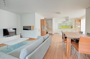 RE/MAX, spécialiste de l'immobilier à Luxembourg-Beggen vous propose à la location ce superbe duplex meublé avec jardin privatif, d'une superficie de 116,29 m2 habitables. Situé dans une résidence de haut standing avec ascenseur, proche du Centre Ville de Luxembourg.  L'appartement se compose de la façon suivante :   Au rez-de-chaussée : un grand hall d'entrée, un vaste séjour/salle à manger de 40 m2 avec accès sur la terrasse et le jardin privatif, une cuisine équipée ouverte sur le séjour, une salle de douche avec WC.  Au premier étage : une hall de nuit, trois chambres de 16 m2, 12 m2 et 9 m2, une salle de bains avec coin buanderie, un WC indépendant.  Enfin l'appartement est complété par un emplacement de parking intérieur et une cave privative.  Caractéristiques supplémentaire : double vitrage, chauffage au gaz, ascenseur, volets électriques, vidéophone, etcà  Appartement loué meublé.  Disponibilité immédiate  Charges mensuelles : 350 '/mois  Caution de trois mois de loyers hors charges Ref agence :5096189