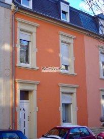 Schaus Immobilier vous propose à la vente cette maison de ville mitoyenne de 1911, se composant comme suit:<br><br>Au rez-de-chaussée:<br>.Salon<br>.Grande cuisine équipée avec accès à la cour intérieure (d\'une surface d\'environ 30m2).<br>.Salle de bains avec baignoire et douche<br><br>Au premier et second étage<br>.6 chambres<br>.Salle de douche<br><br>Le bien est complété par:<br>.Sous-sol avec caves<br>.Buanderie<br><br>Les travaux suivants ont été effectués dans la maison:<br>.La toiture a été entièrement refaite il y a 3 ans<br>.La chaudière a été remplacée<br>.La cuisine a été réaménagée il y a 8 ans<br>.Quelques travaux de rafraichissement restent à prévoir.<br><br>Le bien est idéalement implanté à proximité de toutes les commodités, notamment les transports en commun, les axes autoroutiers, les commerces de proximité, etc.<br><br>Nous sommes à votre disposition pour tout renseignement complémentaire et un rendez-vous de visite.<br><br>Disponibilité: à convenir<br><br>Les honoraires de négociation sont à la charge du vendeur.