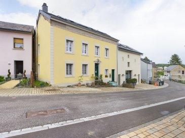 Visite virtuelle sur ce Link:<br>https://premium.giraffe360.com/remax-partners-luxembourg/7130c2bda17b4a0a97f4615b01dfe984/<br><br>SIMÕES Michael / +352 691 680 986 / michael.simoes@remax.lu<br><br><br>RE/MAX, spécialiste de l\'immobilier à Manternach vous propose en exclusivité à la vente cette magnifique maison possédant beaucoup charme. Elle dispose d\'une superficie habitable d\'environ 175 m² et d\'environ 202 m² au total. Cette demeure vous séduira par son environnement, ses immenses volumes et son extérieur d\'env. 100 m².<br><br>La maison se compose au rez-de-chaussée : d\'un hall d\'entrée donnant sur la cuisine qui donne sur la pièce de vie/salle à manger d\'env. 30 m², une buanderie d\'env. 21 m² avec une sortie donnant accès à l\'extérieur d\'env. 100 m2. <br><br>Au premier étage : un hall de nuit, une chambre d\'env. 11 m², une deuxième chambre identique d\'env. 11 m² (actuellement une deuxième pièce de vie), une troisième chambre d\'env. 9 m² (actuellement un dressing), une quatrième chambre avec bureau d\'env. 24m2 et une salle de bain/douche d\'env. 10 m².<br><br>Au deuxième étage : un hall de nuit, une deuxième salle de douche d\'env. 11 m², une cinquième chambre d\'env. 16 m² et une sixième chambre (master bedroom) d\'env. 26 m². <br><br>Au sous-sol : une cave.<br><br>Extérieur : deux belles terrasses à l\'arrière de la maison sans vis à vis.<br><br>Caractéristiques supplémentaires :<br><br>- Maison rénovée (il manque seulement le rez-de-chaussée)<br>- Terrain 2a32ca<br>- Double vitrage<br>- Dalles béton et bois<br>- Façade de 2006<br>- Toit de 2015<br>- Chauffage : à granulés (Pelletheizung) <br>- Panneaux solaires pour chauffer l\'eau<br>- 6 chambres, 2 salles de bain/douche<br>- 2 emplacements extérieurs<br>- à 29km de Luxembourg ville (Kirchberg), 9km de Grevenmacher et 13km de Junglinster<br>- à 220m de l\'arrêt de bus<br><br>Disponibilité à convenir.<br>La commission d\'agence est incluse dans le prix de vente et supportée par le vendeur.