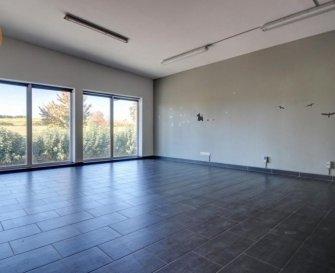 A vendre dans la Zone industrielle à Mertzig, 1 bureau de 82m².  Le bureau qui est au 1er étage se compose comme suit:  - 1 belle pièce lumineuse de 58m² - une 2ème pièce de 19m² avec accès au balcon de 19m² - salle de douche avec wc.  4 emplacements de parking.  Prix 365 000€ HTVA