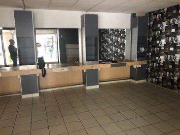Quartier La Carrière  L'agence Pack'Immo vous propose ce local commercial  de 74 m² (ancien salon de coiffure) situé en rez de chaussée comprenant la partie travail, une buanderie, une kitchenette et un WC. Chauffage gaz.