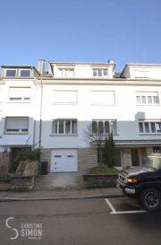 A louer Luxembourg-Belair un appartement dans une Résidence à 3 unités construite en 1970. L'appartement de 69,32 m2 utile se situe au troisième étage (SANS ASCENSEUR) 44, rue Charles Arendt L-1134 Luxembourg Belair.  Il se compose comme suite: Une grande cave au rez-de-chaussée de 9,68 m2 utile et une buanderie commune (Pas d'emplacement de voiture ni de garage) Au troisième étage un grand hall d'entrée, 2 chambres à coucher dont une à env. 14 m2 et une d'env. 12 m2, une salle de bain avec baignoire, lavabo, toilette et raccordement pour la machine à laver. Une cuisine équipée avec un nouveau four ouverte vers le salon d'env. 30 m2. Double vitrage, une nouvelle chaudière à gaz sera installée en 2020. Passeport énergétique: G-G Disponibilité de l'appartement 15 avril 2020.  Les visites se font que les mercredis et ceci une fois par semaine. ------------------------------------- Conditions: CONTRAT CDI OBLIGATOIRE  Loyer 1500 €   150 € de charges Caution 2 mois de loyer plus charges Frais d'agence 1 mois de loyer   17 % de Tva à charge du(es) locataire(s). Premier mois de loyer et charges en avance avant la remise des clefs. -------------------------------------- A présenter lors de la visite: copies des 3 dernières fiches de salaire, copie du contrat de travail et une copie de votre carte d'identité et sécurité sociale. --------------------------------------- L'appartement se trouve dans un bon état,  L'arrêt de bus vers le centre à quelques mètres de la Résidence. Commerces, médecins, écoles à proximités. Si vous êtes intéressés à faire une visite envoyez un mail avec vos coordonnés à l'Agence sous l'adresse cs@christinesimon.lu.  Ref agence :Belair Appart