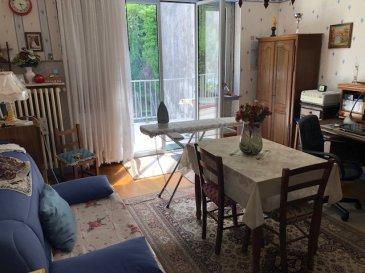 Bel appartement 4 pièces 94.77 m² situé au 1 er étage d' une petite copropriété de deux appartements très bien entretenue Il comprend : entrée, salon, séjour, cuisine équipée, 2 chambres, une SDB, wc, une terrasse, un garage, cour et jardin communs, grenier et cave  Chauffage ind  gaz, DVPVC  Taxe foncière 810 €  Honoraires charge vendeur  Renseignements 07 61 27 50 82 / 06 19 98 21 23