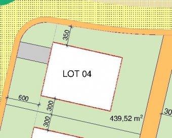RE/MAX, spécialiste de l immobilier au Grand-Duché de Luxembourg, vous propose à la vente cette maison style TOMWOOD EN FUTURE CONSTRUCTION (LOT 4), située dans un nouveau lotissement très calme sur un terrain de +- 4,40 ares et comprenant:   Sous-sol: un hall, 2 caves, un local technique et un grand hobby +-19m2  RDC :  un hall, un garage pour 2 voitures, un living avec un accès terrasse arrière, une cuisine ouverte et un W.C. séparé  Etage +1 :  un hall de nuit, 3 chambres à coucher dont une avec un dressing, une buanderie et une salle de douche, une salle de bains et un dressing  Menuiserie extérieure en PVC à haute performance énergétique et triple vitrage E-Green  Volets avec commandes motorisées  Conduit de cheminée simple pour feu ouvert  Chauffage au sol sur toute la surface habitable  Pavés extérieurs, Parquet semi-massif, Prises RJ45 et Ventilation controlée  Terrain avec contrat de construction pour une maison sur le terrain  lot 4  Prix annoncé avec un taux de TVA à 17% et le taux de TVA 3% super-réduit (max 50000€ déjà déduite du montant indiqué)  Ref agence :WEICHERDANGE LOT 4