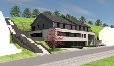 Appartement situé au 2ème étage d'une maison bi-familiale. Le bien se compose d'un hall d'entrée, d'un WC séparé, de 3 chambres à coucher, d'une salle de bain, d'un séjour avec une cuisine (non équipée), d'une réserve, ainsi que d'une terrasse de 100.06 m2.  Le bien compte également deux emplacements/parkings intérieurs au rez-de-chaussée.  Le prix de ce bien est de 652 300,00 € HTVA.   Description de l'environnement :  Sa situation ge?ographique apporte de nombreux avantages, aussi bien au niveau des de?placements professionnels que des de?placements de loisirs, dans un environnement magnifique pre?s de la valle?e du Mu?llerthal. Son emplacement exceptionnel offre aux citoyens divers commerces et ba?timents publiques (cre?che, maison relais, e?cole primaire). Son aspect est re?alise? en vue de conserver, de prote?ger et de mettre en valeur le patrimoine architectural.
