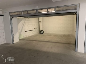 L\'agence immobilière Christine SIMON, vous propose deux doubles garages box fermé à Esch sur Alzette centre dans la rue du Moulin , dans un nouveau parking intérieur. Nous disposons de deux double garage box fermé Disponibilité immédiate Loyer mois/par emplacement  315 € Caution 1 mois de loyer  Frais d\'Agence 1 mois de loyer plus TVA à charge du locataire. Pour de plus amples renseignement n\'hésitez pas à nous contacter au info@christinesimon.lu ou cs@christinesimon.lu Ref agence : Garage double box fermé