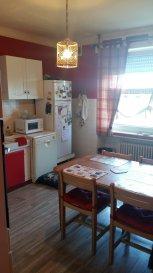 Appartement avec jardin, comprenant: cuisine, séjour, 2 chambres, salle d'eau et toilettes séparés, ainsi qu'une cave.
