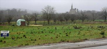 ** SOUS COMPROMIS **  NOUS VENDONS à FLASTROFF (57320),  Soit à 20 kms seulement de la frontière du Luxembourg (SCHENGEN), et à proximité immédiate de la frontière allemande ; bien situé sur la route départementale n° 956 reliant BOUZONVILLE à SIERCK LES BAINS et THIONVILLE ; un terrain à bâtir de 6,52 ares d'une largeur sur rue de 22 mètres environ.   Cadastré section 2 parcelle 210/54.  Sa viabilisation sera aisée à réaliser.  La pose du réseau fibre est prévue.  Libre de construction.  CONTACT :  Jean-Luc MEYER – Agent commercial au : 07 60 13 78 96