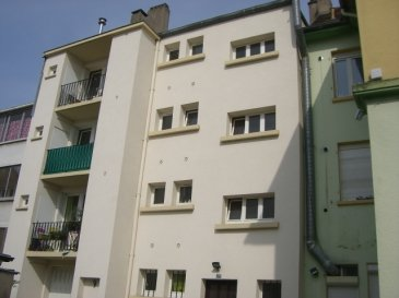 Rue des Etats-Unis, au 1er étage : appartement de 3 pièces, cuisine, salle de bains, WC, balcon et débarras. Proche de toutes commodités. Chauffage individuel au gaz. Disponible à partir du 15/08/17.