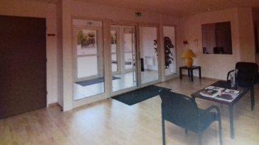 Partie privative : 2 bureaux de 15 m² chacun, 1 bureau direction de 35 m², open space de 27 m² pour 4 postes de travail Partie commune 64 m² : sas d'entrée, hall, cuisine, sanitaires, local ménage Charges à définir par le bailleur selon budget prévisionnel.