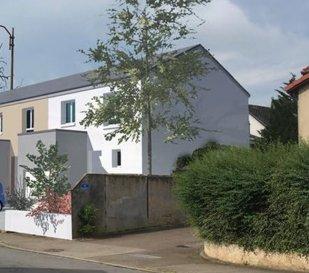 TRAVAUX EN COURS Maison F4 de type R+1 Surface Habitable: 82 m2 Surface Garage: 14,05 m2  L'ensemble des menuiseries extérieures est en aluminium haut de gamme (K-Line)  La maison est en limite sur un des coté et à 3m de la limite sur l'autre coté, surface du terrain environ 2,09 ares.  Située proche du centre ville de Talange, dans un petit quartier résidentiel, accès rapide sur l'autoroute A31 vers Luxembourg et Metz. A 10mn de Thionville et 15mn de Metz. Très proche des écoles.  Au RDC: Séjour, cuisine ouverte, WC, placard et Garage de 14m2 A l'étage: 3 chambres, grande salle de bain et WC indépendant.  Carrelage et faïence compris.  Faibles consommations pour le chauffage grâce au respect de la Réglementation Thermique 2012.  Assurance Dommage Ouvrage Incluse Garantie de Parfait Achèvement Incluse Branchent compris