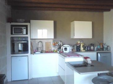 MAISON EN CAMPAGNE.  Beaucoup de charme pour cette maison en campagne, entièrement rénovée avec des matériaux de qualité, comprenant :<br> Au RDC : une très grande pièce avec poutres et cheminée, une cuisine américaine entièrement équipée de très belle facture, une chambre, une salle d\'eau neuve avec douche à \'italienne et WC isolé, une buanderie/chaufferie.<br> A l\'étage : deux grandes chambres mansardées, un palier et un grenier.<br> Un jardin clos et arboré d\'une surface