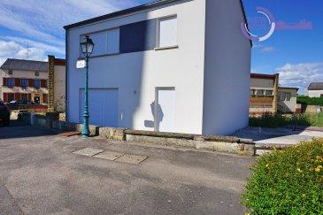 L\'agence New Keys vous propose à la vente cette belle maison neuve de 3 chambres dans la charmante commune de Roussy-le-Village.( À 5 minutes de la frontière luxembourgeoise).  À la fois très lumineuse et fonctionnelle, cette maison se présente sur une surface habitable d\'environ 100 m2 réparties sur 2 niveaux comme suit :   RDC :  - 1 Salon. - 1 Salle à manger. - 1 Coin cuisine. - 1 Garage 17 m2 +/-  Étage 1 :  - 1 Salle d\'eau avec douche à l\'Italienne. - 1 WC séparé avec lave main. - Chambre 1 de 15 m2 +/- - Chambre 2 de 15 m2 +/- - Chambre 3 de 11 m2  +/-  Divers :  - Chauffage électrique à pellet. - Volet électrique sur l?ensemble des fenêtres. - Double vitrage. - Porte de garage motorisé. - VMC.  À prévoir :  - raccordement eau usée et eau potable environ 9 000 € devis à l?appui.  - Quelques finitions à terminer et une cuisine à installer .  Disponibilité immédiate.  À VISITER RAPIDEMENT  Pour plus d\'informations et/ou visites, veuillez nous contacter au 27 99 86 23 ou par e-mail à l\'adresse info@newkeys.lu  COVID: Pour votre sécurité, nos visites sont effectuées avec des masques, des gants et limitées à 3 personnes par visite.  Les prix s\'entendent frais d\'agence de 3 % TVA 17 % inclus dans le prix et payable par le vendeur.  Nous recherchons en permanence pour la vente et pour la location, des appartements, maisons, terrains à bâtir pour notre clientèle déjà existante. N\'hésitez pas à nous contacter si vous avez un bien pour la vente ou la location. Estimation gratuites.  Ref agence :5003396