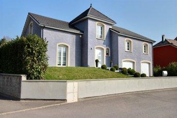 RE/MAX, Nr.1 de l'immobilier dans le monde, vous invite à découvrir cette splendide villa d'architecte d'environ 190 m² sur un terrain de 11 ares. Construite en 2008 selon les méthodes traditionnelles,  avec des matériaux haut de gamme et des finitions soignées. Nichée au cœur d'un petit lotissement, situé à deux pas de la frontière Luxembourgeoise à 5 km de Differdange, cette villa offre volumes et prestations de qualité. La conception de cette réalisation met en avant un apport lumineux remarquable.  AU REZ-DE-CHAUSSEE : espace ouvert de 66 m², hall d'entrée avec vestiaire, un WC avec lave-main, salon avec cheminée, salle à manger de 36.59 m² et une belle cuisine complètement équipée, avec son îlot central de 16.90 m². Grande baie vitrée, donnant un accès direct sur la terrasse de 33 m² et un jardin, complètement clôturé, arboré et sécurisé. A L'ETAGE, un hall de nuit, qui dessert trois chambres de : 12,50 m² / 13,80 m² et une chambre de 14,20 m² avec un dressing de 3,60 m².  Une belle salle de bain,  baignoire et douche à l'italienne ainsi qu'une double vasque. Au niveau supérieur, une mezzanine avec une vue plongeante sur le niveau inférieur, pour finir un bureau de 11 m². AU SOUS-SOL complètement carrelé, vous trouverez un grand garage pour trois voitures avec double porte motorisée, et deux emplacements devant la maison. -Alarme  -Chauffage au sol  -Aspirateur centralisé -Cuve de récupération d'eau pluviale (6.000 ltrs)  -Volets électriques et programmables -Portes sécurisées, (entrée et cave)  Coup de coeur assuré Disponible à convenir  Personne de contact : Jorge Da Graca : +352 621 252 212