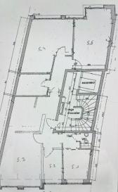 Descriptif : Bureaux à vendre d'environ 211m2 sur deux niveaux dans le quartier de la gare à Luxembourg. Ils sont partagés sur deux plateaux d'environ 105 m2 chacun sur un étage, au 4ème et au 5ème étage, avec deux places de parkings et deux petites caves dans un immeuble de six étages. Nous vous invitons à nous rendre visite ou contacter l'un de nos commerciaux pour plus d'informations.  M. Marc Risch +352621210333  M. Moura Jemp +35262121666  Les surfaces et superficies sont indicatives Rejoignez-nous sur Facebook : Newjomar Belval
