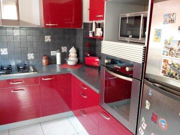 Belle maison mitoyenne d'un côté d'une surface de 96.98 m2 comprenant au RDC une cuisine équipée donnant sur une terrasse, un grand salon-séjour avec un poêle. A l'étage 3 chambres, une salle de bains, cave, chauffage pompe à chaleur, double vitrage PVC, toiture en état