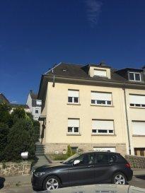 Très belle maison libre des trois côtés sur un terrain de 2,61 ares située à Luxembourg / Bonnevoie, dans une rue calme et résidentielle.   La conception de la maison est la suivante :  En rez-de-chaussée, spacieux hall d'entrée, wc séparé, salon et salle à manger de 35 m2, cuisine équipée séparée  avec accès vers la terrasse et jardin.    Le premier étage comprend trois belles chambres et une salle de douche avec wc.  Le deuxième étage comprend un studio salle de douche et grand dressing. Accès par escalier escamotable au grenier.  Le sous-sol comprend un garage, buanderie et cave.  Classe énergétique F/F.  Situation idéale proche des accès autoroutiers et à 5 minutes du centre ville de Luxembourg.   Objet à visiter absolument... N'hésitez pas à nous contacter pour organiser une visite.  M. Tinelli   Tél. 691 241 181 M. Malva   Tél. 621 323 127